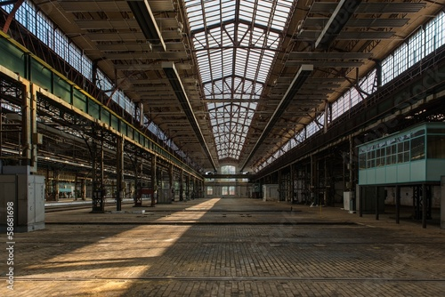 Foto auf AluDibond Bahnhof Large industrial hall of a repair station