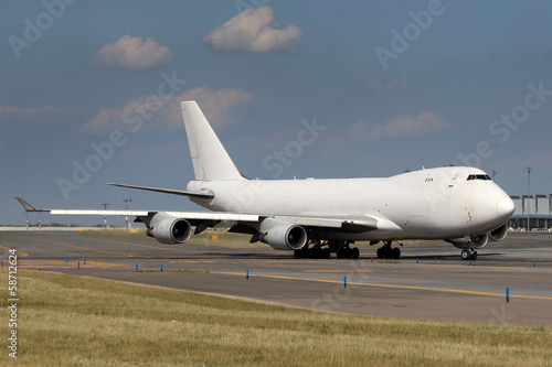 Fotografia  White airplane at airport