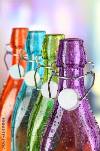 kolorowe-butelki-na-jasnym-tle