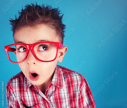 chlopiec-w-czerwonych-okularach-ze-zdziwiona-mina