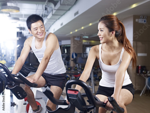 Fotografia  man and woman talking in gym