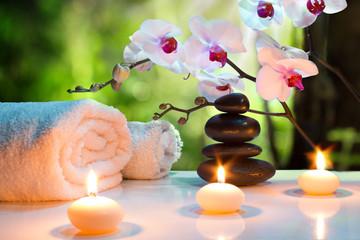 Fototapeta spa, świece, orchidee, kamienie w ogrodzie