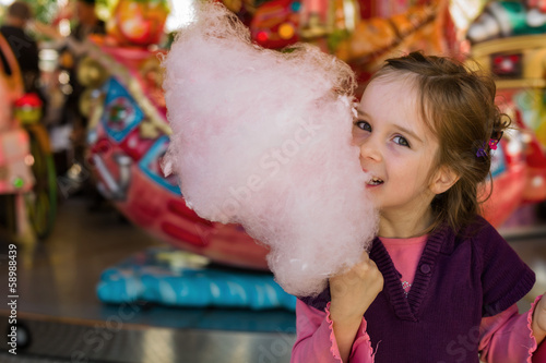Photo  Kind mit Zuckerwatte