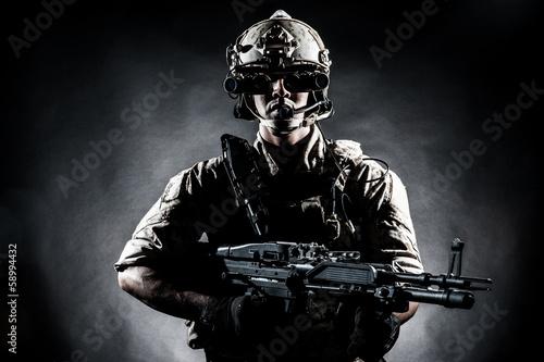 zolnierz-mezczyzna-trzyma-pistolet-maszynowy-w-stylu-fashi