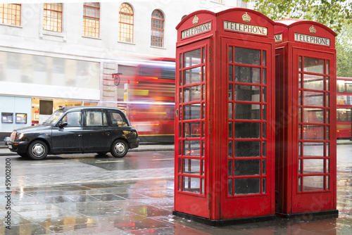 Foto op Canvas Londen Red Phone cabines in London and vintage taxi.Rainy day.