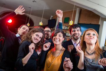 Ludzie tańczą w pubie dyskotekowym