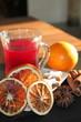 Früchtetee mit Orangenscheiben und Gewürzen