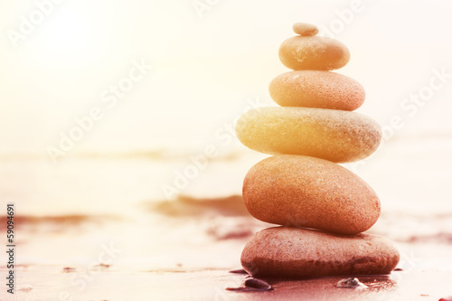 La pose en embrasure Zen pierres a sable Stones pyramid on sand symbolizing zen, harmony, balance