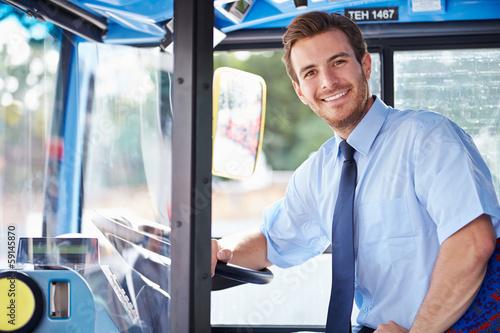 Fotografía  Retrato del conductor del autobús detrás de la rueda