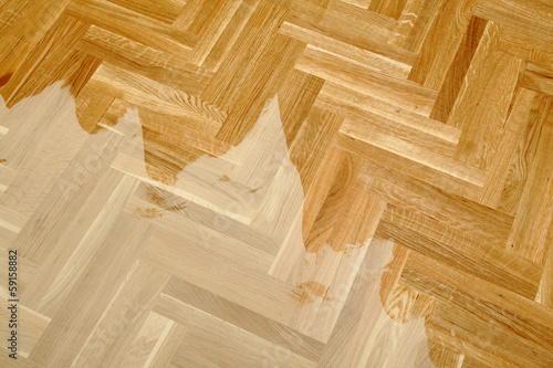 Obraz Varnishing of oak parquet floor, first layer of lacquer - fototapety do salonu