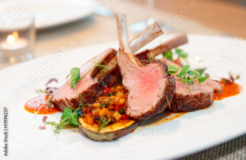 Foto op Plexiglas Eten Grilled rack of lamb with vegetables