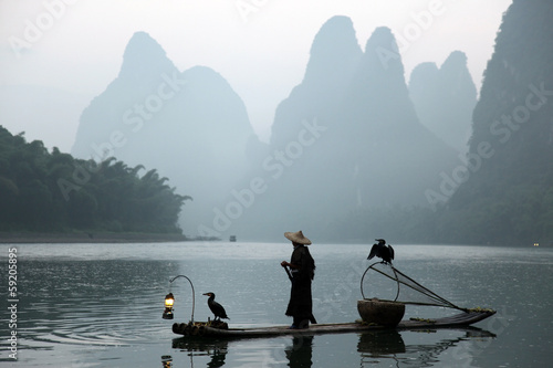 La pose en embrasure Guilin Chinese man fishing with cormorants birds