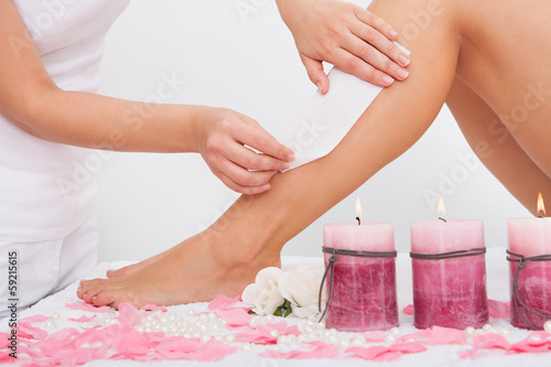Photo  Beautician Waxing A Woman's Leg