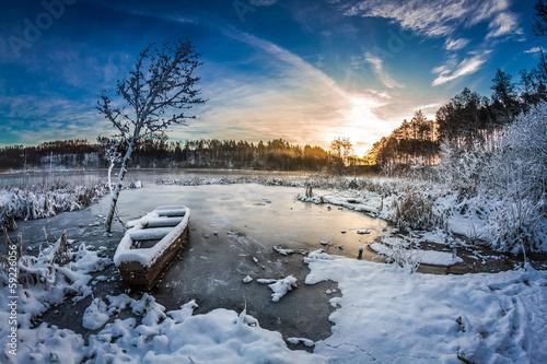 pierwszy-snieg-o-wschodzie-slonca-w-zimie