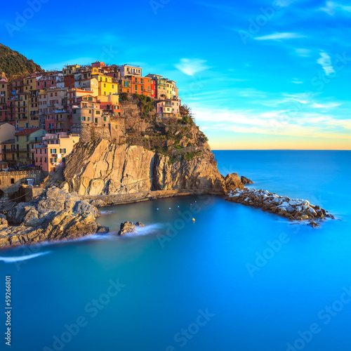 Photo  Manarola village, rocks and sea at sunset. Cinque Terre, Italy