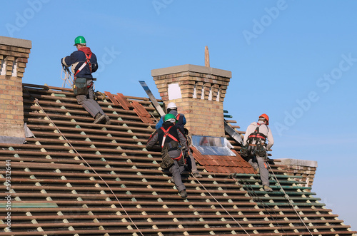 Fotografia Man working on the new roof