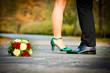 Braut steht auf Füssen Bräutigam Hochzeitsschuhe