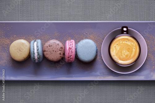 Foto op Canvas Macarons Assortiment Macarons sur Plateau avec Café