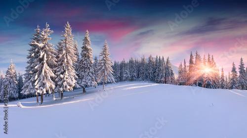 panorama-zimowy-wschod-slonca-w-gorach