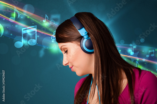 Poster Gypsy Young woman listening to music with headphones