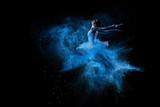 Młody piękny tancerz skacze w błękitną proszek chmurę - 59438251