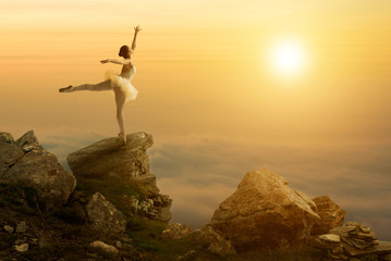 Fototapeta Taniec / Balet Mystic pictures, ballet dancer stands on the cliff edge