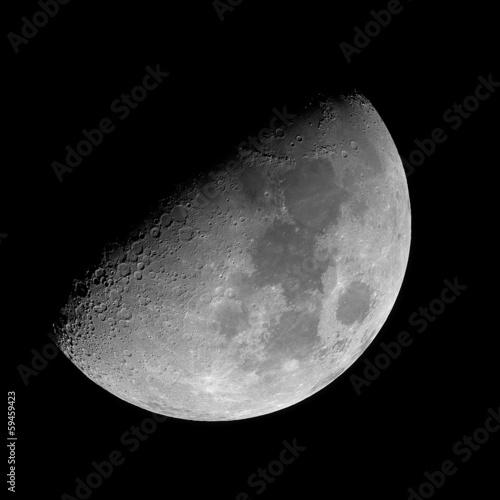 Woskujący gigantyczny księżyc.