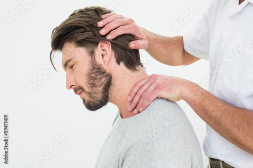 Photo Side view of a man getting the neck adjustment done