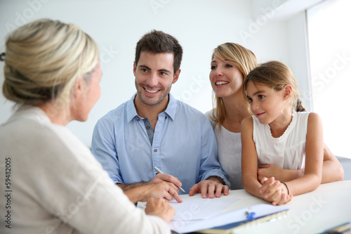 Pinturas sobre lienzo  Family meeting real-estate agent for house investment