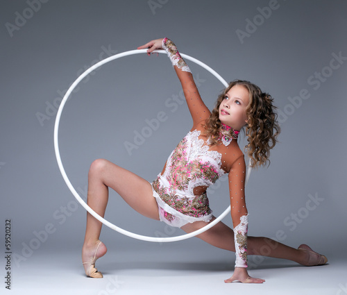 La pose en embrasure Gymnastique Image of elegant young gymnast dancing with hoop