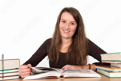 Foto  Freundliche junge Frau beim Lernen