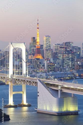 zatoka-tokio-w-rainbow-bridge-i-tokio-wieza