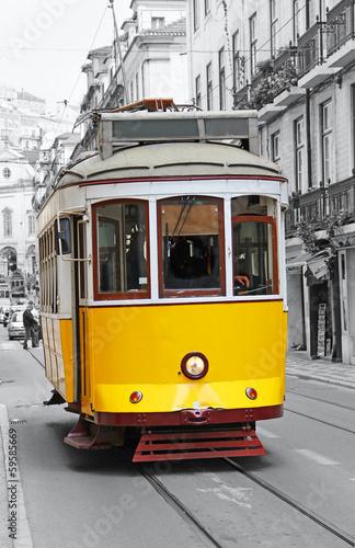 stary-zolty-tramwaj-w-lizbonie