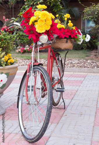Foto op Plexiglas Bicycle decorated with flowers