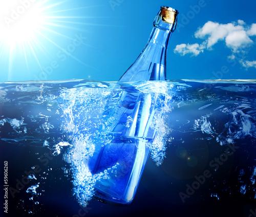 Fotografie, Obraz  bottiglia galleggia nel mare con messaggio