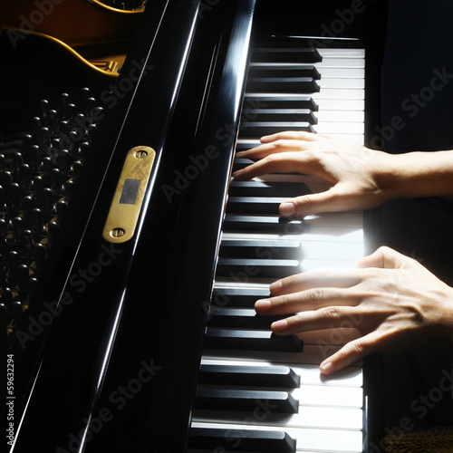 Photo Piano hands pianist playing