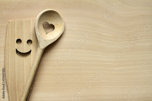 Fotografía  Wooden kitchenware on cutting board abstract food background