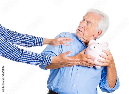 Fotografía  Hombre mayor protección de la hucha, ahorro de ser robados