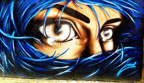 graffiti-portret-kobiety-o-niebieskich-wlosach-na-ulicach-londynu