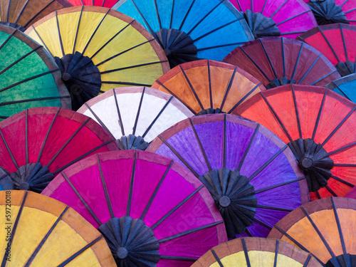 kolorowi-parasole-przy-ulicznym-rynkiem-w-luang-prabang-laos