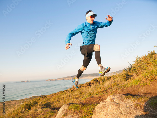 Fotografía  Man practicing trail running in a coastal landscape