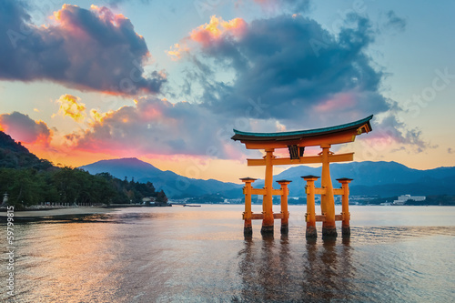 In de dag Tokio Great floating gate (O-Torii) at Miyajima