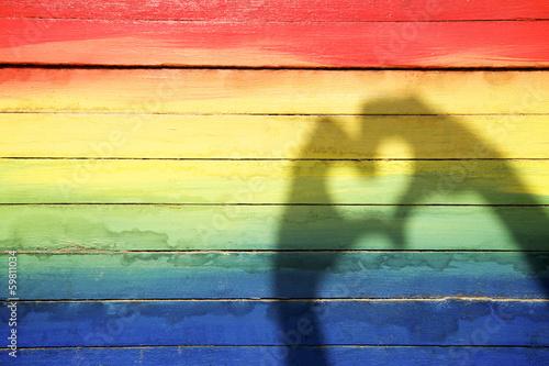 Fotografie, Obraz  Ruce Milování srdce stín na duhové pozadí