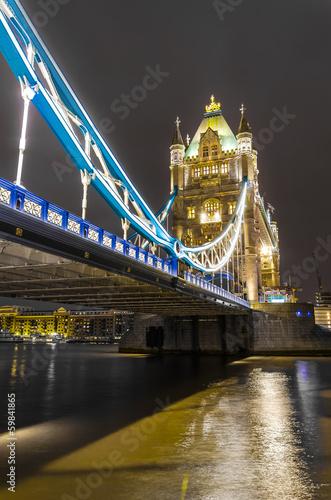 tower-bridge-w-londynie-oswietlony-w-nocy