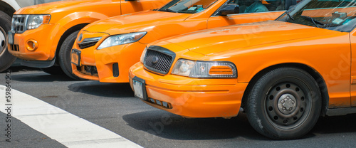 Fotografia Taxis in New York. Yellow cabs in pole position at traffic light