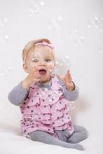 Kleines Mädchen Spielt Mit Seifenblasen