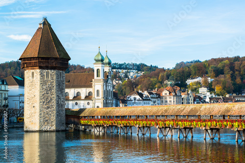 Photo wooden Chapel bridge and old town of Lucerne, Switzerland