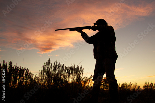 Poster Chasse Hunter Silhouetted Shooting at Sunset
