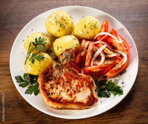 grillowany-stek-gotowane-ziemniaki-i-surowka