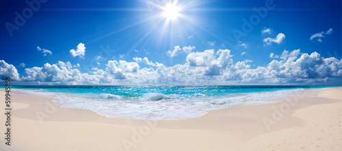 Staande foto Blauwe hemel tropical beach and sea - landscape